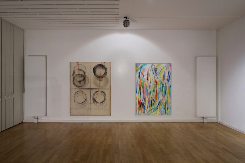 links: Fabian Herkenhöner, WO111 (Dynamism of a dog on a leash), 2014 Staub auf Leinwand, 200 x 150 cm, Courtesy the artist,; rechts: Jan Pleitner as yet untitled, 2014 Öl auf Leinwand, 190 x 130 cm, Courtesy Ancient & Modern / Natalia Hug Gallery